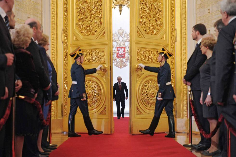 Russia's President Vladimir Putin (C) en